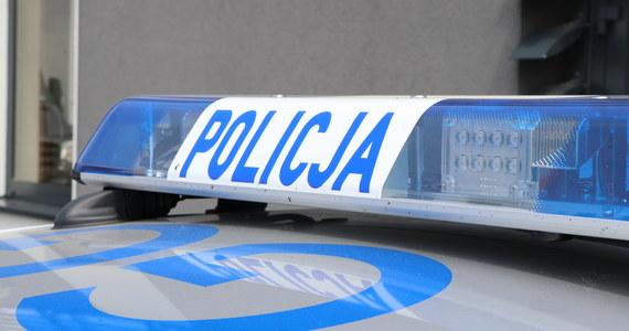 Dwóch policjantów potrącił kierowca, który nie chciał poddać się kontroli. Do tego zdarzenia doszło w jednym z komisów samochodowych na warszawskiej Pradze.