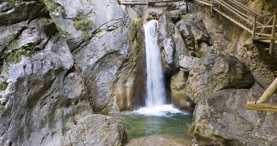 Dwie osoby zginęły, a co najmniej osiem zostało rannych po tym, jak na wędrujących górskim wąwozem w pobliżu Mixnitz w austriackiej Styrii posypały się skały.