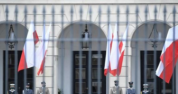 Obserwując obu kandydatów do prezydentury można wyrobić sobie absolutnie fałszywe pojęcie o tym, jaką rolę sprawuje w Polsce głowa państwa. Wyborcy utwierdzani są w przekonaniu, że Prezydent jest skrzyżowaniem monarchy ze Świętym Mikołajem, zupełnie tak, jakby możliwości określał on sam, a nie Konstytucja.