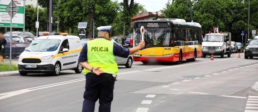 25-latek, który wczoraj spowodował wypadek autobusu na warszawskich Bielanach, nie był pod wpływem narkotyków, ale po ich użyciu. Prokuratura zakwalifikowała to jako wykroczenie - dowiedział się dziennikarz RMF FM Krzysztof Zasada. Prowadzony przez 25-latka autobus na ul. Klaudyny zderzył się z czterema autami. Jedna osoba trafiła do szpitala.