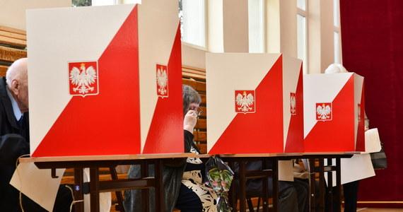 Koronawirusa potwierdzono u 6 osób, które podczas I tury wyborów prezydenckich pracowały w jednej obwodowych komisji w gminie Mniszków w powiecie opoczyńskim. Członków komisji zastąpiono innymi, wybory odbędą się w tym obwodzie normalnie – powiedział w środę PAP wójt Paweł Werłos.