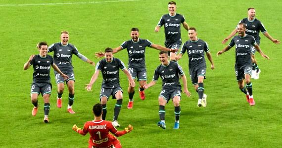 Piłkarze Lechii Gdańsk awansowali do finału Pucharu Polski. W półfinale pokonali na wyjeździe Lecha Poznań w serii rzutów karnych 4-3. W regulaminowym czasie gry i po dogrywce był remis 1:1. W finale 24 lipca w Lublinie obrońcy trofeum zmierzą się z Cracovią.