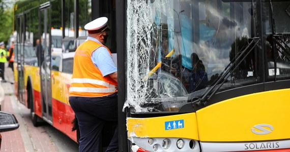 Są zarzuty dla 25-letniego kierowcy autobusu miejskiego, który we wtorek spowodował wypadek na warszawskich Bielanach. Prokuratura złożyła również do sądu wniosek o aresztowanie mężczyzny.