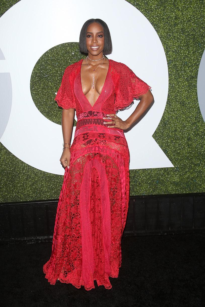 Kelly Rowland przyznała, że prawie wszystkie pieniądze jakie zarobiła w trakcie szczytu swojej kariery, roztrwoniła kupując drogie rzeczy. Wokalistka dodała, że robiła to, aby nadążać za innymi gwiazdami.