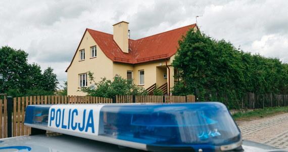 Tragedia w gminie Czarne w powiecie człuchowskim na Pomorzu. W nocy mąż zastrzelił żonę, następnie popełnił samobójstwo - dowiedział się nieoficjalnie reporter RMF FM.W tym czasie w domu było dwoje dzieci. Nic im się nie stało. Do zdarzenie doszło w domu jednorodzinnym, w niewielkiej miejscowości.