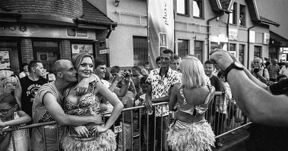 """Jacenty Dędek to fotograf i dokumentalista, który patrzy na polską prowincję czułym okiem, ze zrozumieniem i z empatią. Efektem ponad sześciu lat podróży po Polsce, """"po krainie odważnych ludzi"""", jest album """"Portret prowincji pl"""", który właśnie się ukazał. Tekstami zdjęcia opatrzyła Katarzyna Dędek."""