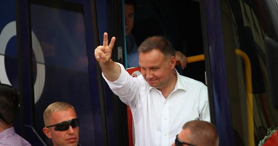 Andrzej Duda jest kandydatem Prawa i Sprawiedliwości w wyborach prezydenckich w 2020. To polityk, który sprawował tę funkcję przez 5 ostatnich lat. W 2015 roku pokonał w głosowaniu Bronisława Komorowskiego. 28 czerwca 2020 roku w I turze wyborów prezydenckich uzyskał najwięcej głosów - 43,5 proc. To jednak nie wystarczyło, by wygrał wybory i 12 lipca w II turze wyborów prezydenckich zmierzy się z kandydatem Koalicji Obywatelskiej Rafałem Trzaskowskim.