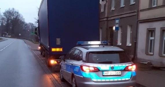 Policjanci zatrzymali prawo jazdy kierowcy, który prowadził 40-tonową ciężarówkę będąc pod wpływem alkoholu. Mężczyznę na posterunek doprowadził właściciel firmy transportowej, dla której pracował.