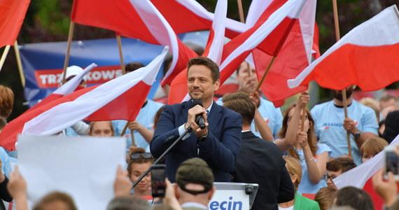 Nie ma w moim programie postulatu wprowadzenia karty LGBT w całym kraju - powiedział w czwartek kandydat KO na prezydenta Rafał Trzaskowski. Zapewnił, że będzie walczył z nienawiścią i stał po stronie tych wszystkich, którzy są atakowani przez PiS.