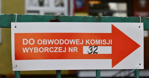 Wybory na prezydenta Polski 2020. W niedzielę lokale wyborcze będą otwarte od godz. 7 do 21; obowiązywać będą specjalne zasady sanitarne. W pierwszej kolejności obsługiwane będą osoby powyżej 60 lat, kobiety w ciąży, osoby z dzieckiem do 3 lat i niepełnosprawni.