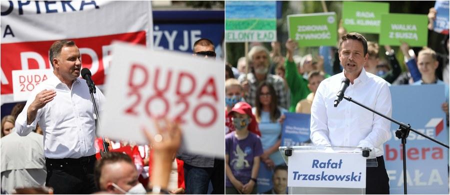 W ostatnich sondażach przed II turą wyborów prezydenckich Andrzej Duda i Rafał Trzaskowski idą łeb w łeb. W dwóch z trzech najnowszych badań wyższe poparcie uzyskał kandydat Koalicji Obywatelskiej, w jednym na prowadzenie wysunął się urzędujący prezydent. We wszystkich przypadkach jednak różnice notowań kandydatów są minimalne!