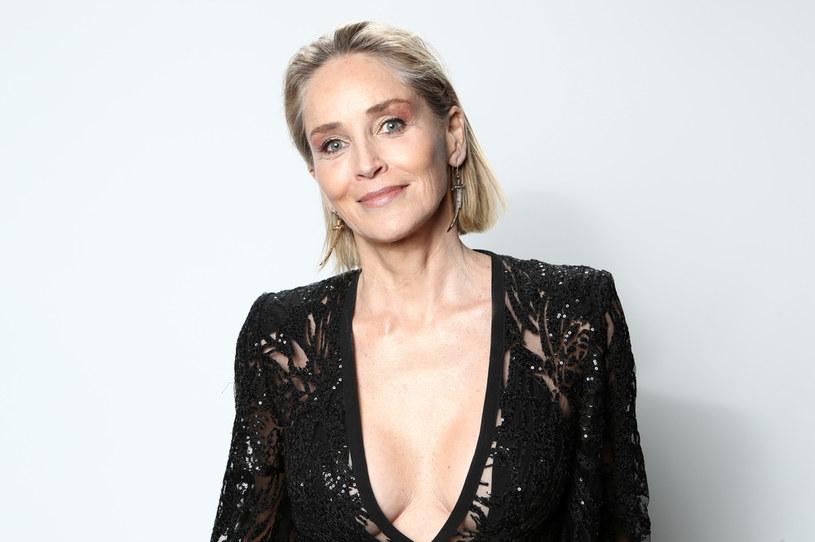 """Liczni wielbicieli Sharon Stone mają powody do zadowolenia. Ich idolka zdecydowała się na radykalne skrócenie włosów, dzięki czemu znów wygląda jak Catherine Tramell, czyli bohaterka kultowego thrillera erotycznego """"Nagi instynkt"""" z 1992 roku."""