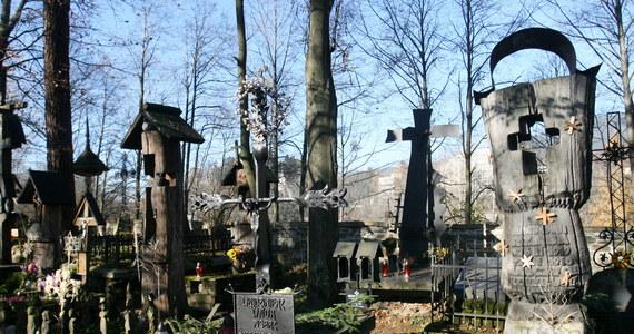 """Zakopiański sanepid szuka osób, które w poprzedni czwartek uczestniczyły w pogrzebie bardzo znanej na Podhalu Zofii Karpiel-Bułecki, zwanej powszechnie """"ciotką Bułeckulą"""". Wśród setek żałobników był mężczyzna zarażony koronawirusem. Na razie - jak donosi reporter RMF FM Maciej Pałahicki - nie ustalono, ile osób mogło mieć z zakażonym bezpośredni kontakt."""