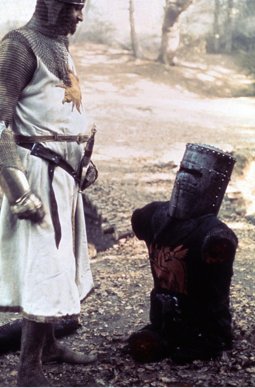"""John Cleese opublikował wyjątkowe zdjęcie z planu filmu """"Monty Python i Święty Graal"""". W niezapomnianym pojedynku Króla Artura z Czarnym Rycerzem, ten drugi traci kolejne kończyny, co bynajmniej nie zmniejsza jego bitewnego zapału. Cleese, który wcielił się postać rycerza, ujawnił w jaki sposób 45 lat temu - bez udziału skomplikowanej technologii - udało się nakręcić tę scenę."""