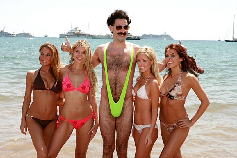 """Sacha Baron Cohen znany jest z wielu wcieleń, ale od czasu słynnego """"Borata"""" wielu ludziom kojarzy się z bikini. Popularny aktor, komik i skandalista znów sięgnął po strój kąpielowy, tym razem różowy. Taki strój włożył na spotkanie z byłym burmistrzem Nowego Jorku, Rudym Giulianim. Interweniowała policja."""