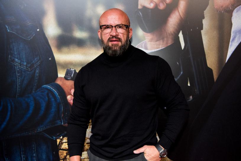 """Aktor charakterystyczny, któremu popularność przyniosły role nierozgarniętego mięśniaka w filmach Patryka Vegi (""""Pitbull. Nowe porządki"""", """"Botoks""""), starł się z aktorem występującym w epizodach popularnych seriali - Grzegorzem Grochowskim."""