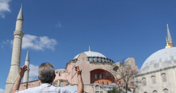 Najwyższy sąd administracyjny w Turcji unieważnił dekret rządowy z 1934 roku przekształcający Hagię Sophię w muzeum. Orzekł, że był on niezgodny z prawem. Po decyzji sądu prezydent Turcji Tayyip Recep Erdogan podpisał dekret formalnie przekształcający muzeum Hagia Sophia w meczet.