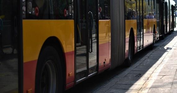 W Płocku (Mazowieckie) 71-letni mężczyzna wpadł pod tylne koła przegubowego autobusu Komunikacji Miejskiej. W wyniku odniesionych obrażeń zmarł, mimo reanimacji. 40-letni kierowca autobusu odjechał z miejsca zdarzenia. Nie zauważył mężczyzny pod kołami pojazdu. Był trzeźwy - podała policja.