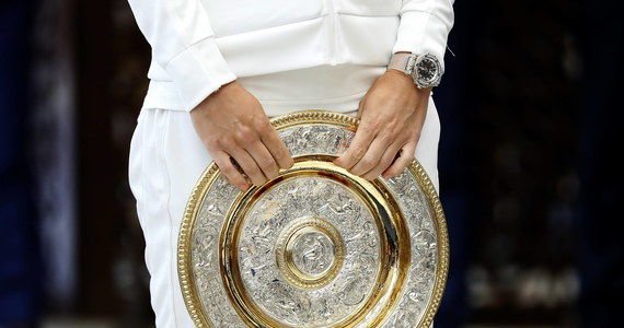 Organizatorzy odwołanego w tym roku wielkoszlemowego turnieju w Wimbledonie poinformowali, że ponad 10 milionów funtów z zaoszczędzonych premii i ze środków wypłaconych przez ubezpieczyciela trafi do tenisistów jako rodzaj pomocy w trakcie pandemii koronawirusa.