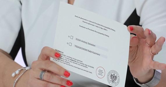 Karty do głosowania w kraju mają ścięty prawy górny róg, zawierają wydrukowaną pieczęć Państwowej Komisji Wyborczej i odciśniętą pieczęć komisji obwodowej - wyjaśniła w piątek szefowa Krajowego Biura Wyborczego Magdalena Pietrzak.