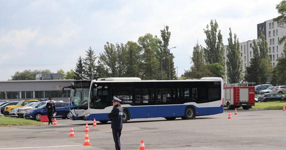 Krakowski sanepid prosi pasażerów, którzy w ostatni wtorek podróżowali autobusami linii 503 relacji Nowy Bieżanów Południe-Górka Narodowa Wschód i linii 252 relacji os. Podwawelskie-Kraków Airport. U jednego z podróżujących tymi autobusami wykryto COVID-19.