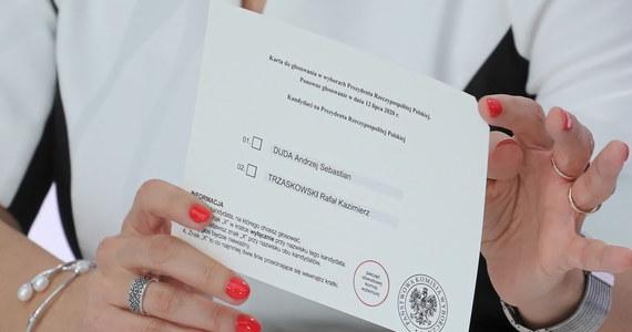Członkini komisji wyborczej na os. Teatralnym w Nowej Hucie w Krakowie próbowała schować karty do głosowania pod swoje ubranie. Nie chciała ich też zwrócić, w związku z czym interweniowała policja. Wszystkie karty udało się odzyskać.