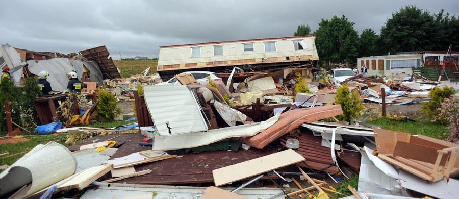 Sytuacja na kempingu w Ustroniu Morskim jest opanowana - poinformowała wójt gminy Bernadeta Borkowska. W piątek wieczorem trąba powietrzna porwała tam 8 domków holenderskich. Sześć osób zostało poszkodowanych.