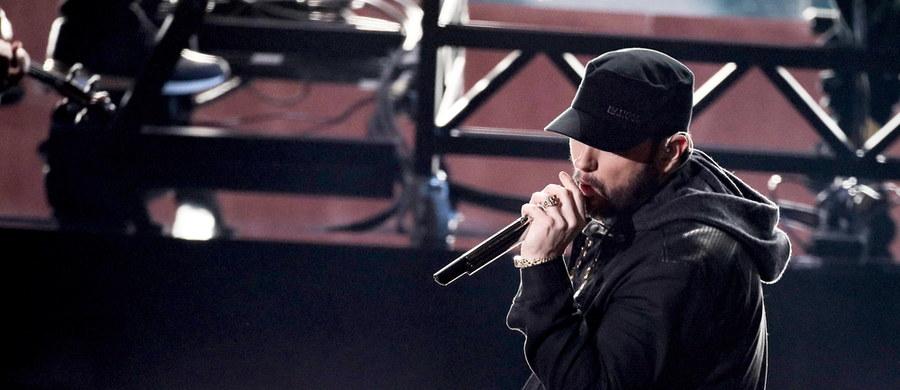 Eminem - amerykański raper o światowej sławie - w swoim nowym utworze ostro skrytykował osoby, które lekceważą środki ostrożności wprowadzone w ramach walki z koronawirusem. Chodzi o noszenie maseczek ochronnych i zasłanianie w ten sposób ust oraz nosa.