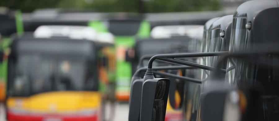 Autobus komunikacji miejskiej zderzył się w Warszawie z autem osobowym. Kierowca osobówki trafił do szpitala.