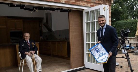 To było spotkanie dwóch wyjątkowych osobowości. David Beckham - legendarny piłkarz i długoletni kapitan reprezentacji Anglii - odwiedził sir Toma Moore'a w jego domu w Bedfordshire. Ten 100-letni weteran II wojny światowej stał się słynny za sprawą zbiórki na walkę z koronawirusem, której efekty okazały się spektakularne. Moore został w symboliczny sposób mianowany kapitanem drużyny 23 bohaterów, którzy wyróżnili się w czasach pandemii koronawirusa.