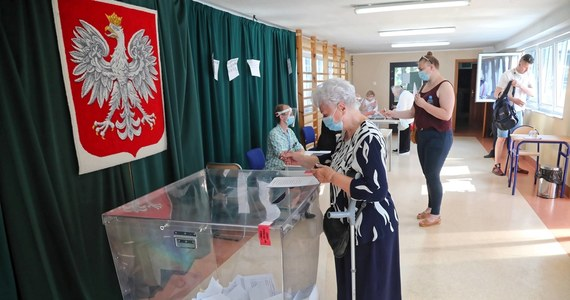 Do godz. 21 potrwa niedzielne głosowanie w drugiej turze wyborów prezydenckich. Aby oddać ważny głos, trzeba postawić znak X w kratce przy nazwisku tylko jednego kandydata. W lokalach wyborczych obowiązują specjalne zasady sanitarne. W pierwszej kolejności zagłosować mogą osoby starsze, niepełnosprawne oraz kobiety w ciąży.