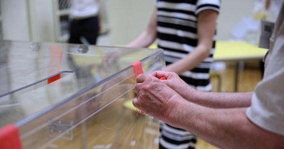 W niedzielę o godz. 7 rano rozpoczęło się głosowanie w II turze wyborów prezydenckich. Do zakończenia głosowania o godz. 21 trwa cisza wyborcza. Do lokalu wyborczego trzeba zabrać dokument tożsamości. Jeśli wyborca będzie korzystał z zaświadczenia o prawie do głosowania, komisja dopisze go do spisu wyborców.