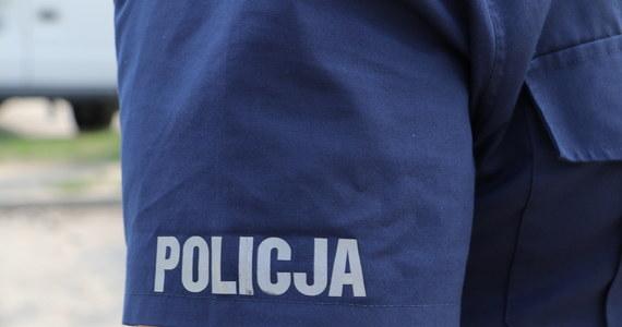 Z okna mieszkania na 4. piętrze w Olsztynie wypadło roczne dziecko. Bez widocznych obrażeń chłopiec został odwieziony do szpitala - informuje policja. Funkcjonariusze ustalają, czy rodzice w odpowiedni sposób opiekowali się maluchem.