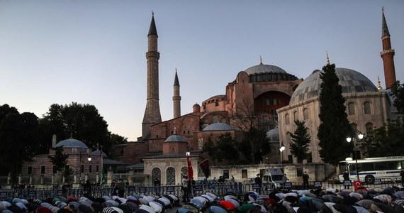 """Papież Franciszek powiedział w niedzielę, że jest """"bardzo zasmucony"""" decyzją o przekształceniu muzeum Hagia Sophia w meczet. Do decyzji władz Turcji odniósł się podczas spotkania z wiernymi na modlitwie Anioł Pański."""