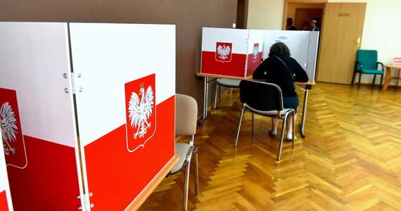 Od początku ciszy wyborczej do niedzieli do godz. 14 policjanci w całym kraju odnotowali 382 incydenty w związku z wyborami. Większość z nich dotyczyła zrywania plakatów i umieszczania na nich obraźliwych napisów - powiedział w niedzielę PAP podkom. Antoni Rzeczkowski z Komendy Głównej Policji.