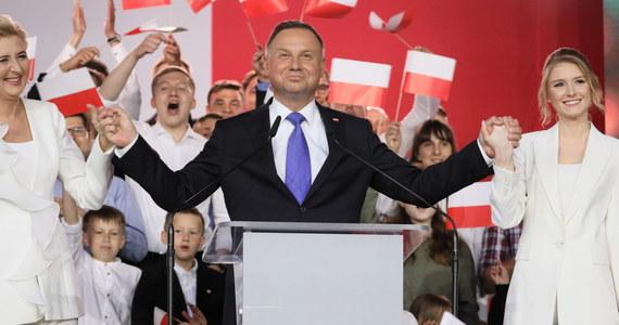 """Andrzej Duda zaprosił Rafała Trzaskowskiego wraz z małżonką na spotkanie jeszcze w wyborczy wieczór w Pałacu Prezydenckim. """"Żebyśmy sobie podali rękę i żeby ten uścisk dłoni zakończył tą kampanię"""" - wyjaśnił. Trzaskowski za zaproszenie podziękował, oceniając, że to """"dobry pomysł"""". Dodał jednak, że """"najodpowiedniejszym momentem wydaje się czas zaraz po ogłoszeniu wyników wyborów przez PKW""""."""