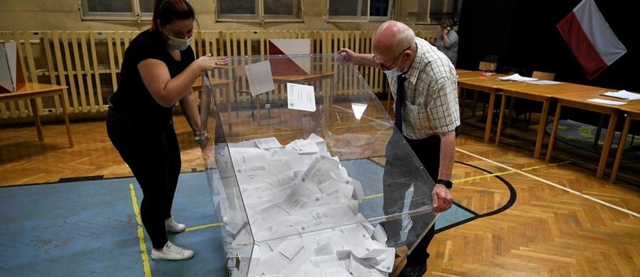 Według sondażu late poll przeprowadzonego przez Ipsos, wzrasta przewaga Andrzeja Dudy nad Rafałem Trzaskowskim. W najnowszym badaniu głos na urzędującego prezydenta zdecydowało się oddać 51 procent wyborców, a na Rafała Trzaskowskiego 49 procent. To oznacza, że w stosunku do badania exit poll Duda zwiększył swoją przewagę nad konkurentem z 0,8 do 2 punktów procentowych.