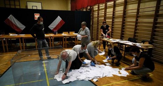W poniedziałek nad ranem do warszawskiej Okręgowego Komisji Wyborczej wpłynęła już większość protokołów od obwodowych komisji wyborczych z terenu Warszawy i powiatów wokół stolicy; komisja oczekuje przede wszystkim na protokoły z zagranicy, głównie z Europy.