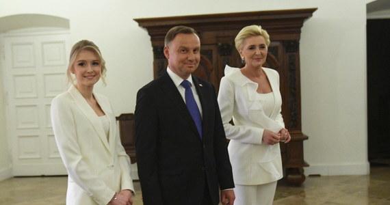 Miałem nadzieję, że Rafał Trzaskowski przyjdzie na spotkanie i będziemy mogli uścisnąć sobie dłoń; podtrzymuję swoje zaproszenie dla niego i stoję z wyciągniętą dłonią – mówił w niedzielę późnym wieczorem w Pałacu Prezydenckim prezydent Andrzej Duda.