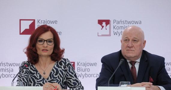 Andrzej Duda zdobył 10 mln 426 tys. 514 głosy, to jest 51,12 proc., a Rafał Trzaskowski 9 mln 968  tys. 939 głosów, to jest 48,88 proc. Tak wynika z informacji podanych po godzinie 14:00 na internetowej stronie PKW na podstawie danych z 99,98 proc. obwodów. Wcześniej podczas konferenci prasowej poinformowano, że brakuje jeszcze 5 protokołów z okręgowych komisji wyborczych - z Nowego Sącza, Olsztyna, Szczecina i z Warszawy. Dlatego PKW nie podała jeszcze ostatecznych wyników wyborów prezydenckich.