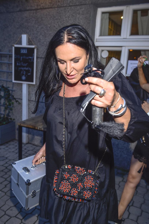 W mediach pojawiła się informacja, że na pogrzebie Zofii Karpiel-Bułecki była osoba zakażona koronawirusem. To sprawiło, że przebadać postanowiła się uczestnicząca w pogrzebie Kayah.