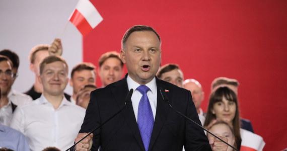 O 1 mln 782 tys. 467 głosów więcej niż wyborach prezydenckich w 2015 r. otrzymał w niedzielę prezydent Andrzej Duda - wynika z cząstkowych wyników głosowania przedstawionych przez PKW. Zmniejszyło się za to procentowe poparcie urzędującego prezydenta.