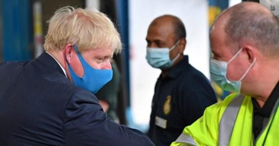"""Brytyjski premier Boris Johnson po raz kolejny uznał, że ludzie powinni zasłaniać twarz w zamkniętych przestrzeniach publicznych, takich jak sklepy. Zapowiedział, że w najbliższych dniach rząd ogłosi, jakie """"narzędzia egzekwowania prawa"""" będą konieczne."""