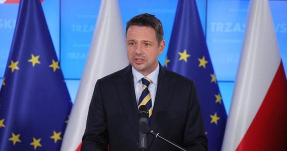 """""""Wydaje się, że druga strona nie wyciągnęła lekcji z tego, co się dzieje. Słyszymy o zaostrzeniu kursu, (…) słyszymy mnóstwo arogancji, słyszymy (…), że ta władza nie chce wyciągać do nas ręki. I to jest olbrzymia szansa dla pana prezydenta Andrzeja Dudy"""" - oświadczył Rafał Trzaskowski w pierwszym wystąpieniu po tym, jak zwycięstwo Andrzeja Dudy w wyborach prezydenckich 2020 stało się pewne. Podkreślił również, że """"została stworzona nadzieja na to, że z tą władzą da się wygrać, bo było naprawdę bardzo blisko"""", a także, że """"10 milionów Polaków chce Polski, która jest europejska, tolerancyjna, uśmiechnięta, w której nie ma równych i równiejszych""""."""
