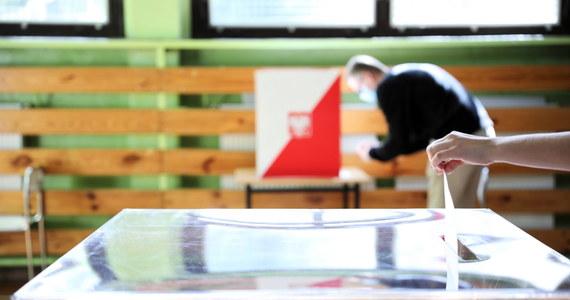 Prezydent RP Andrzej Duda i prezydent Warszawy Rafał Trzaskowski w II turze wyborów uzyskali w gminie Łubianka (Kujawsko-Pomorskie), dokładnie tyle samo głosów. Obu kandydatów na najwyższy urząd w państwie poparło po 1854 głosujących.