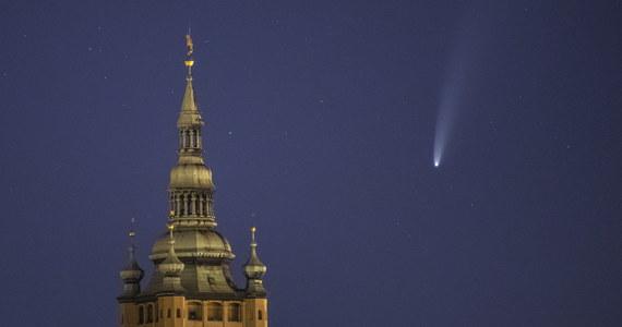 W najbliższych dniach na niebie nad Polską można oglądać jasną kometę o nazwie C/2020 F3 (NEOWISE). Do ok. 20 lipca powinna być widoczna gołym okiem, później - do połowy sierpnia, będzie można ją obserwować przy użyciu lornetki czy teleskopu.