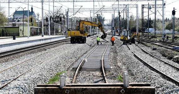 Utrudnienia dla podróżujących koleją w rejonie Chałupek przy polsko-czeskiej granicy w Śląskiem. Część podróżnych musi korzystać z zastępczych autobusów. Niektóre pociągi kierowane są na objazdy.