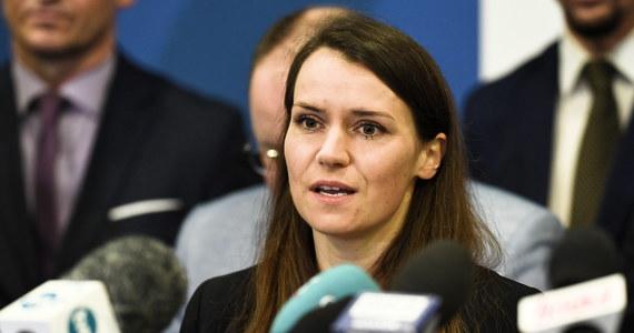 """""""Nie ma wątpliwości, że te wybory nie były uczciwe"""" – stwierdziła w Rozmowie w samo południe w RMF FM Agnieszka Pomaska pytana o to, czy Andrzej Duda jest legalnie wybranym prezydentem. """"Ta kampania wyborcza nie była przeprowadzona na uczciwych zasadach (…). Póki co my jesteśmy od tego, żeby uszanować każdy głos, który mówi o tym, że - albo wskazuje na to, że - wybory mogły być nieuczciwe, że dochodziło do nieprawidłowości"""" – dodała posłanka Koalicji Obywatelskiej."""