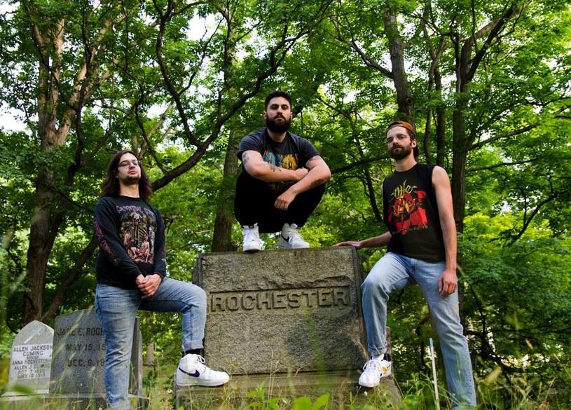 Deathmetalowe trio Undeath z USA podpisało kontrakt i szykuje się do premiery debiutanckiej płyty.