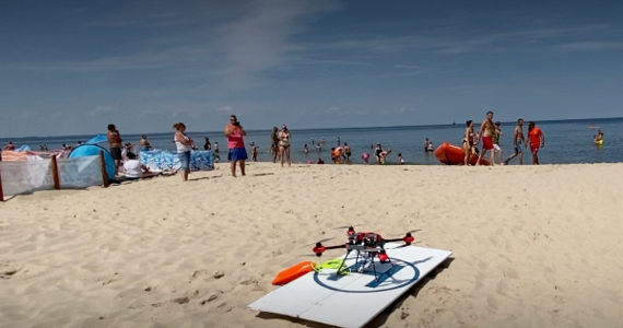 To nowinka na bałtyckim wybrzeżu. Ratownicy WOPR z Międzyzdrojów testują drona. Urządzenie ma pomagać w ratowaniu tonących. Może z wody wyciągnąć osobę ważącą nawet 150 kg. Na razie WOPR-owcy sprawdzają, jak to działa na dużo lżejszej ratowniczce Natalii.